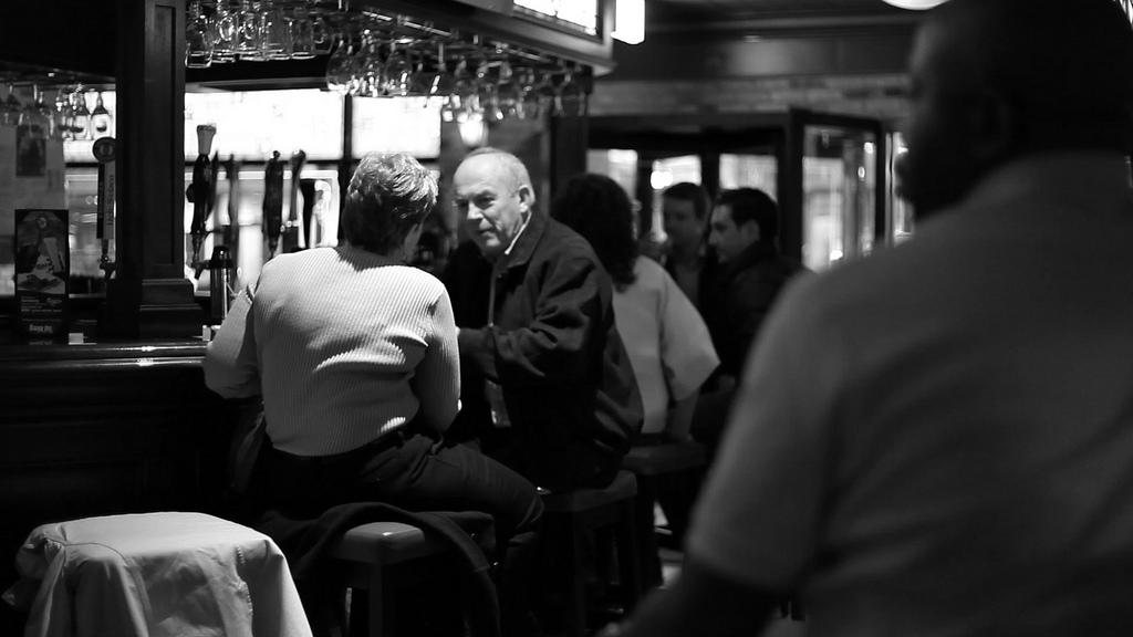 Kdysi investigativní novináři otevřeli vlastní bar, aby odhalili korupci. Jak jsme na tom dnes?