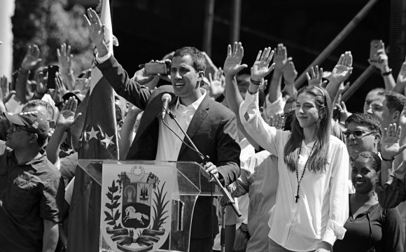 Venezuelská opozice měla zneužívat humanitární pomoc, armádním přeběhlíkům platila luxusní večírky