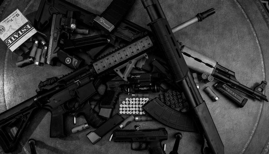 Překupníci zbraní, které Maďarsko vydalo do Ruska, jsou po třech letech na svobodě. V USA jim hrozilo doživotí