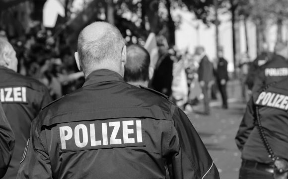 Německá policie zasahuje proti praní peněz, část skončila i v Česku