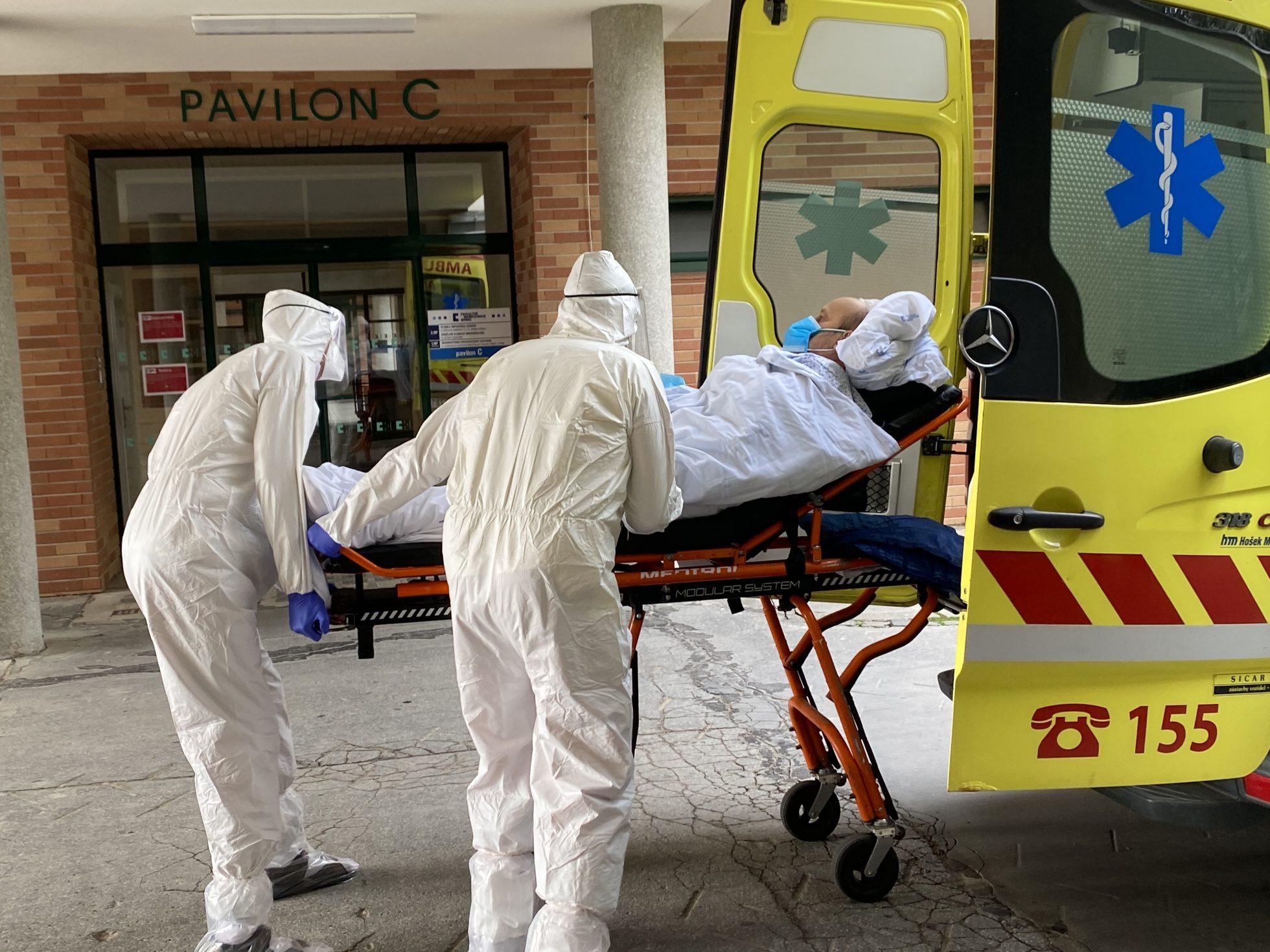 Přetíženým nemocnicím by mohli pomoci lékaři z terénu