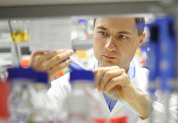 Virolog Plevka: Když vakcína projde v USA, projde všude